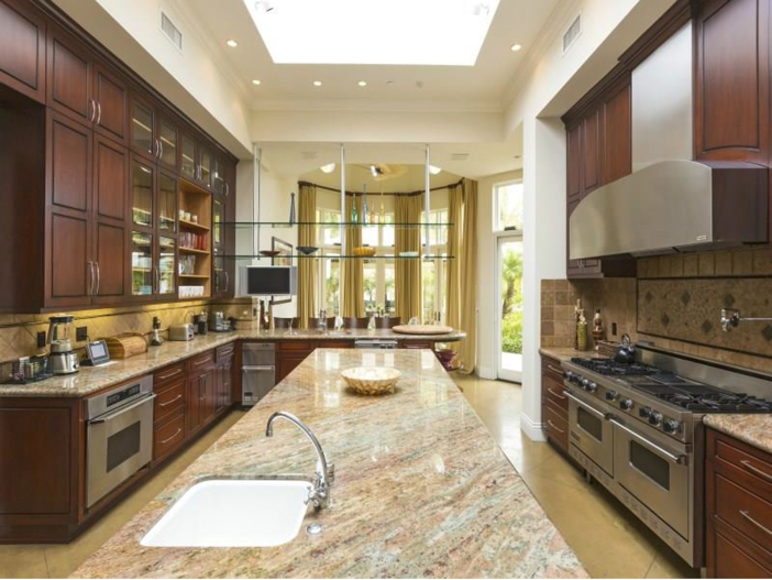 $14.5 Million Luxurious Villa in Pacific Palisades, California - Kitchen
